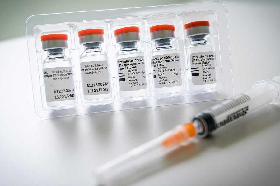 """La vacuna de AstraZeneca es """"altamente eficaz"""" ante variantes beta y delta"""